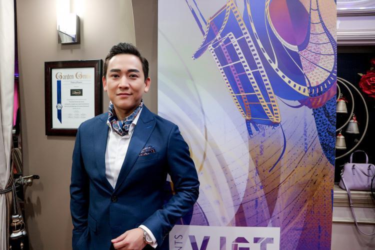 Hứa Vĩ Văn xuất hiện cực điển trai tại buổi tiệc trước thềm tham dự Viet Fifm Fest lần thứ 10.