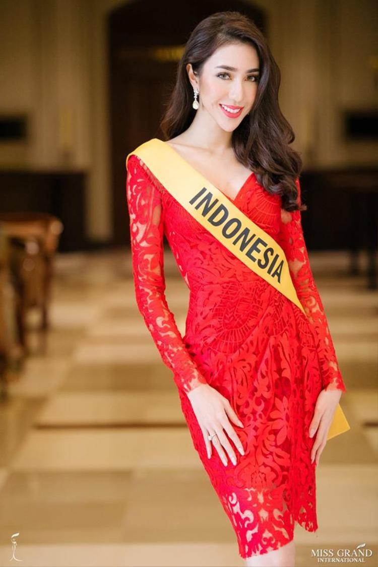 Người đẹp đến từ đất nước vạn đảo Indonesia chọn thiết kế ren lưới tông đỏ đầy thu hút.