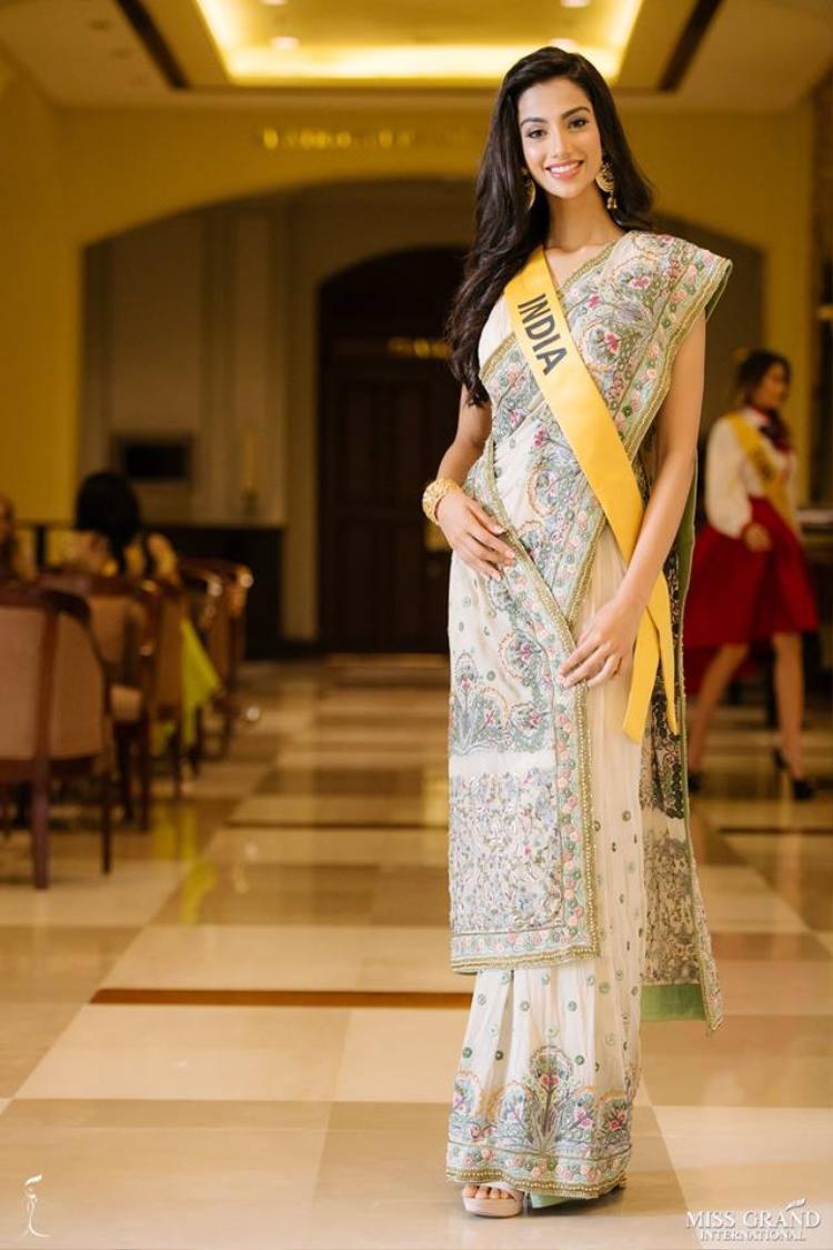 Hoa hậu Ấn Độ trong bộ trang phục truyền thống của quê nhà. Hiện cô đang là ứng cử viên số 1 cho chiếc vương miện năm nay.