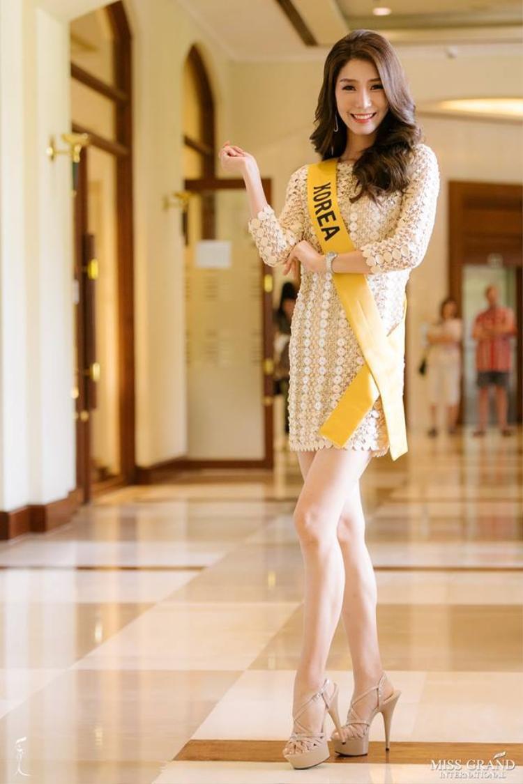 Hoa hậu Hàn Quốc khoe đôi chân trần quyến rũ.