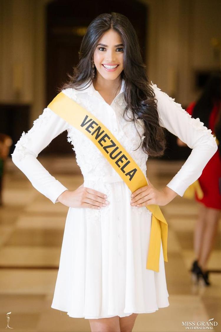 Hoa hậu Venezuela cũng chọn cho mình bộ cánh tông trắng thanh lịch. Trong phần thi này, người đẹp để lộ yếu điểm của mình, đó là trình độ tiếng anh kém. Khiến cô mất điểm trước ban giám khảo.