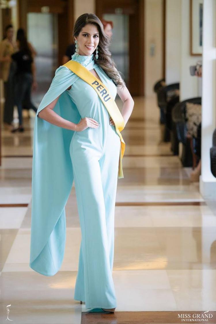 Người đẹp Peru chọn bộ jumpsuit màu xanh.