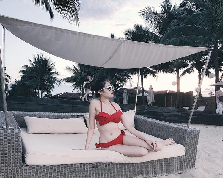 """Năm 2014, Thanh Huyền (sinh năm 1996, Nha Trang) đỗ Thủ khoa của ngành Kinh doanh Thương mại, Đại học Nha Trang. Cô nàng từng đảm nhận dẫn chương trình S - Vietnam, """"Bản Thiết kế cuộc sống"""",…"""