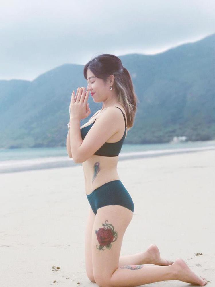 Hoàng Linh nổi bật vẻ đẹp đầy sức sống, đặc biệt là hình xăm hoa hồng lớn ở đùi trái gây thu hút khi diện bikini.