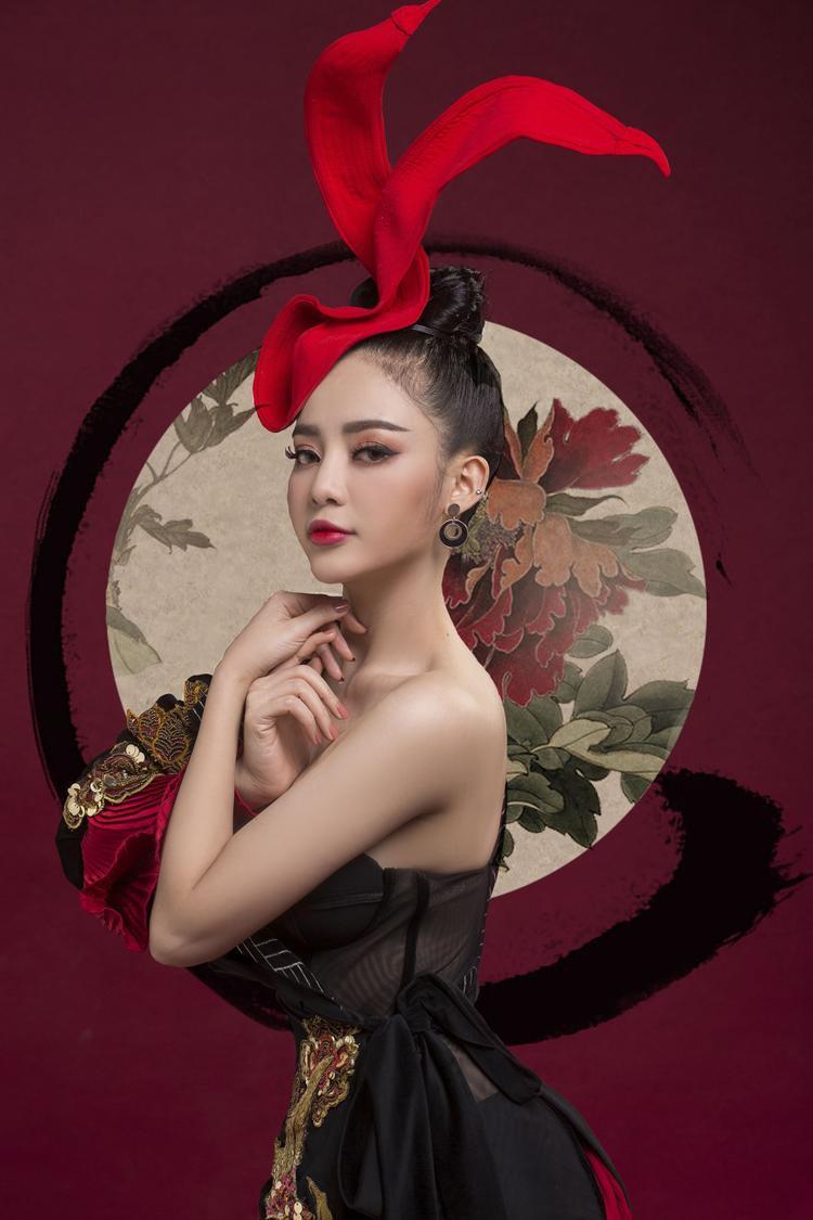 Ngoài trang phục, cô nàng cũng tập trung đầu tư cho phụ kiện, nhằm khiến hình ảnh của mình trở nên nổi bật.