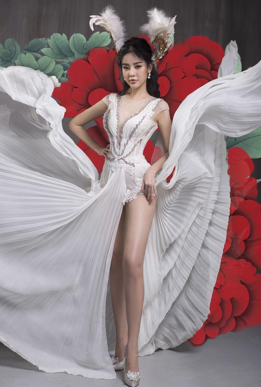 Việc sử dụng chất liệu vài voan dập pli đem đến cho trang phục vẻ đẹp nhẹ nhàng, bay bổng.