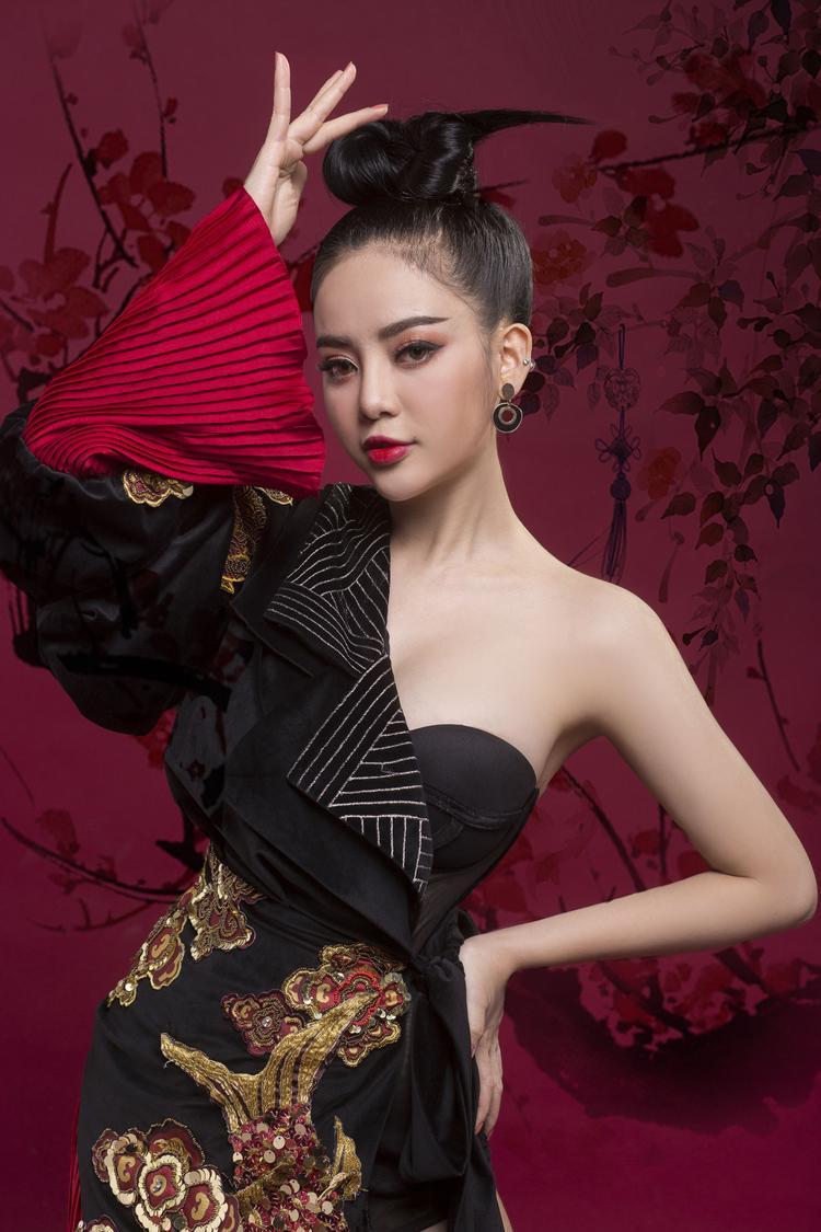 Và thay vì đầu tư một MV với hình ảnh cổ trang, cô nàng sẽ đem đến một bộ ảnh mang hơi hướng Á Đông, xem như món quà dành tặng cho khán giả.