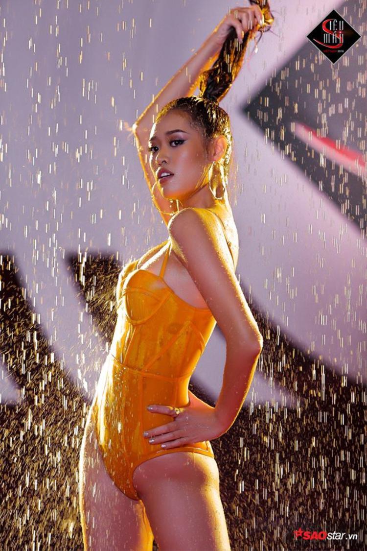 Còn nhớ trong tập đầu tiên, ở phần thi chụp ảnh dưới mưa, Khánh Vân đã khiến nhiều người mê mệt khi khoe dáng trong thiết kế ôm sát của thương hiệu áo tắm Xuân Thu.