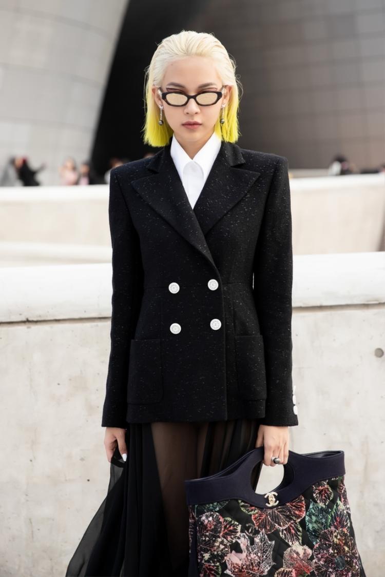 Trong ngày đầu tiên, Phí Phương Anh thay đổi phong cách đa dạng. Người đẹp còn diện vest cùng váy xuyên thấu khá kén dáng.