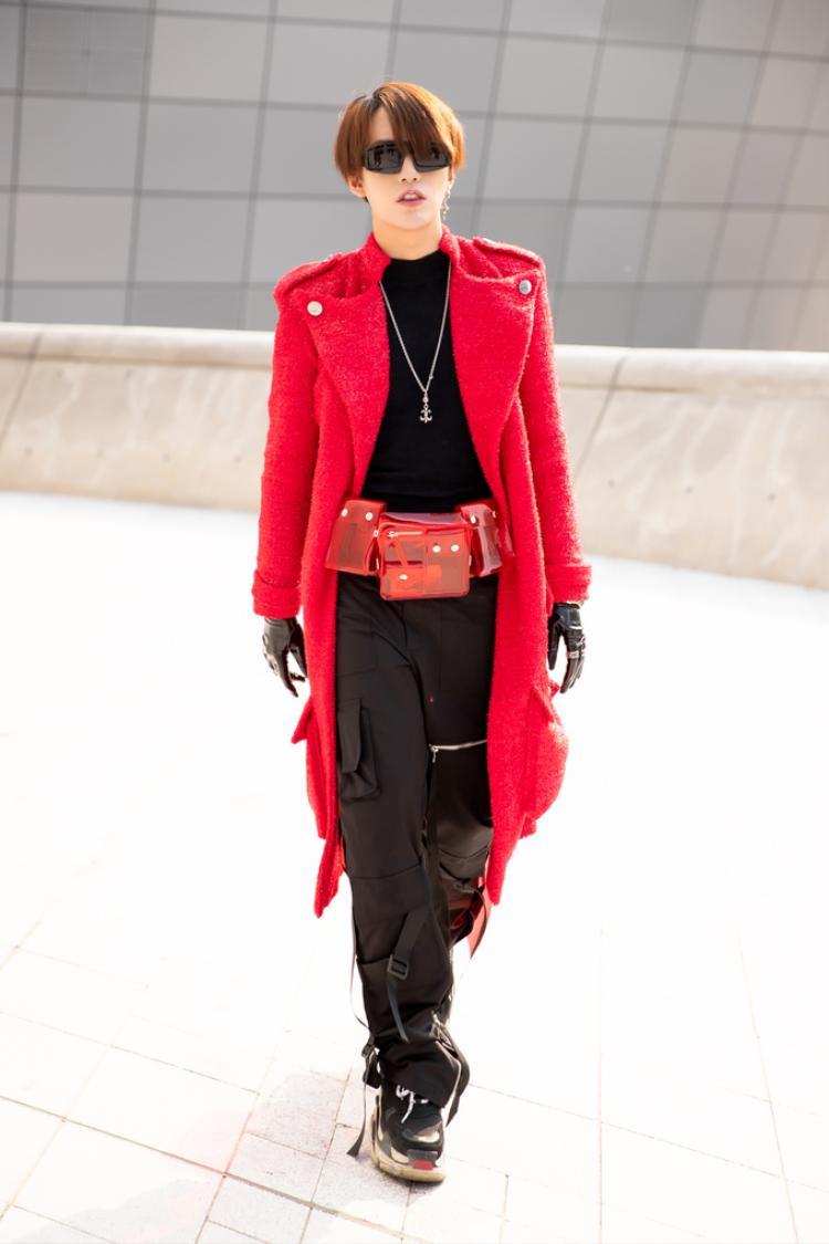 Kye Nguyễn còn khéo léo phối cùng giày của thương hiệu Balenciaga.