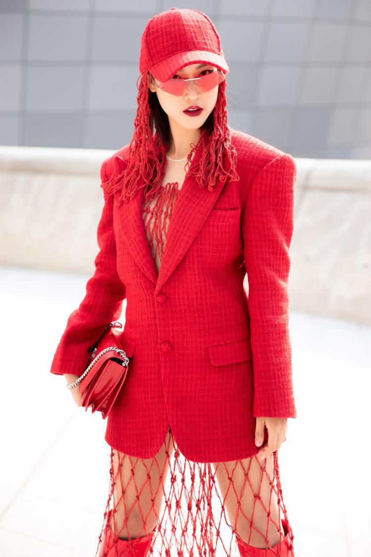 Xuất hiện nổi bật tại thảm đỏ còn có diễn viên - MC Hoàng Oanh làm sáng bừng một góc khi diện thiết kế mới nhất của NTK Lý Giám Tiền.Cô chọn cây đỏ chứng minh độ fashionista đích thực.