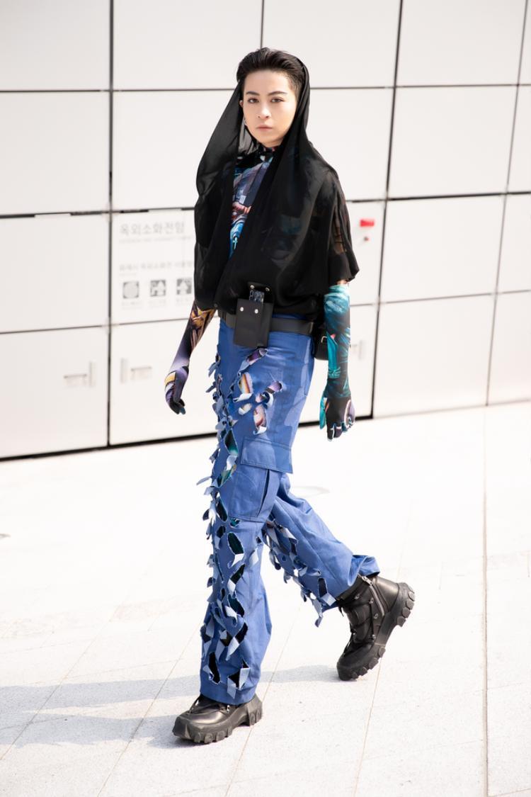 Sự xuất hiện của Gil Lê tại sự kiện cũng gây sự chú ý không nhỏ. Cô sử dụng tông màu trầm gồm xanh và đen để xuất hiện. Đôi giày Rick Owens' SS18 Lace-up Hiking Boot có giá hơn $1.000 là món đồ tạo nên chất thời thượng cho Gil Lê.