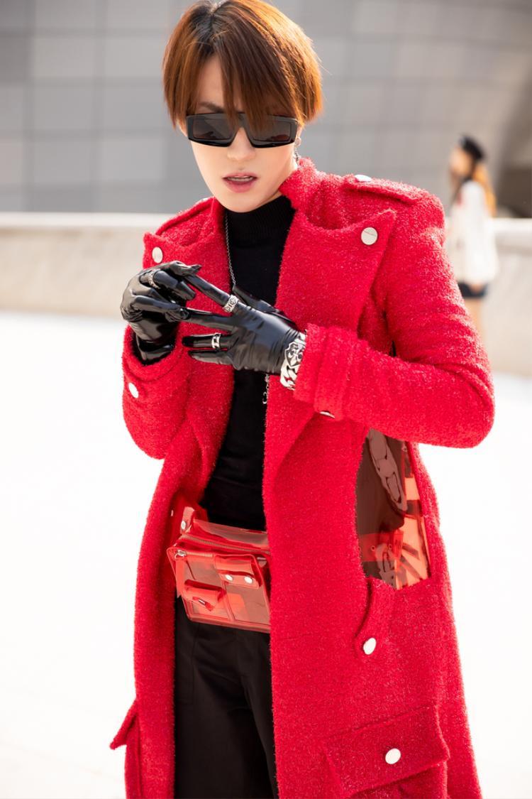 Không hề kém cạnh, stylist Kye Nguyễn lựa chọn trang phục đen cùng với áo khoác ngoài dáng dài gam đỏ của NTK Nguyễn Tiến Truyển.