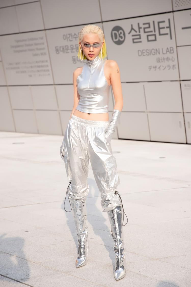 Là một trong những đại diện Việt Nam dự Seoul Fashion Week năm nay, Phí Phương Anh gây chú ý ngay khi xuất hiện với mái tóc bạch kim pha ombre vàng chanh độc đáo.