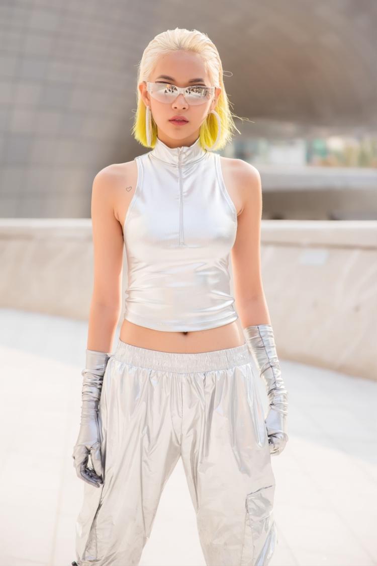 Phong cách được Phí Phương Anh mang đến Seoul Fashion Week lần này là Futuristic - thời trang mang hơi hướng tương lai.