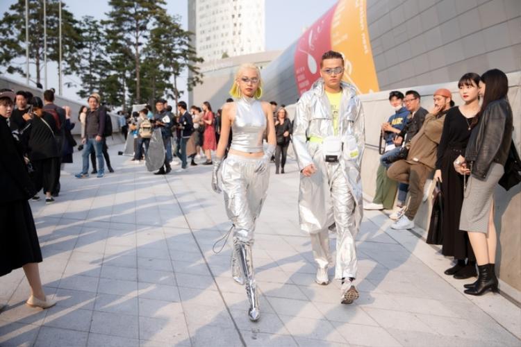 Bộ cánh ánh bạc với phụ kiện metallic từ đầu đến chân giúp Phí Phương Anh thành tâm điểm chú ý. Cô nàng bước đến đâu hút mắt nhìn đến đó.