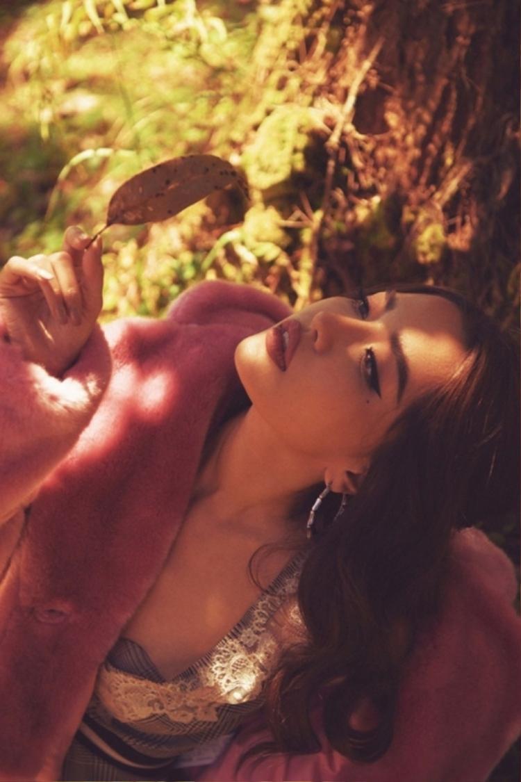 """Liên tục thời gian gần đây, Bích Phương có cuộc """"cách mạng"""" về hình ảnh khi thay đổi từ những bộ váy dài quét đất sang váy ngắn, khoe đôi chân dài của mình. Nữ ca sĩ được khen ngày càng gợi cảm, trưởng thành hơn khi sắp bước sang ngưỡng 30. Bích Phương khiến fan hâm mộ điêu đứng vì sexy giữa thanh thiên bạch nhật"""