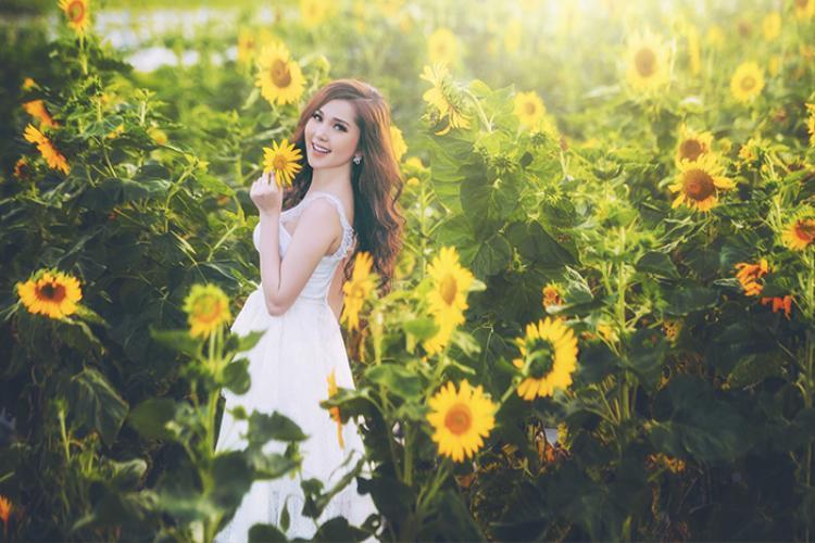 Hot girl xinh đẹp người Cần Thơ khiến fan ngây ngất với tạo hình công chúa ngọt ngào giữa rừng hoa hướng dương như cổ tích.