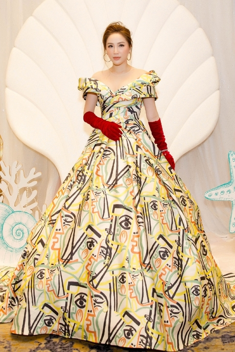 Bộ váy bồng bềnh nữ hoàng không hề xấu, nhưng việc mix cùng đôi bao tay nhung với tông màu đỏ chẳng liên quan đã khiến Bảo Thy trở nên khó hiểu trong mắt khán giả.
