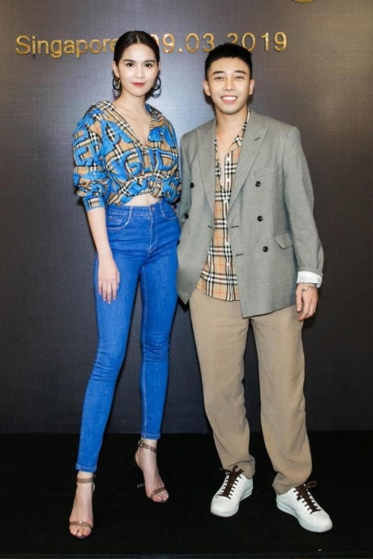 Chắc lần sau, Hoàng Ku (bên phải) nên chọn một bộ vest vừa với người hơn. Thiết kế freesize cả áo lẫn quần khiến anh chàng như bị nuốt chửng.