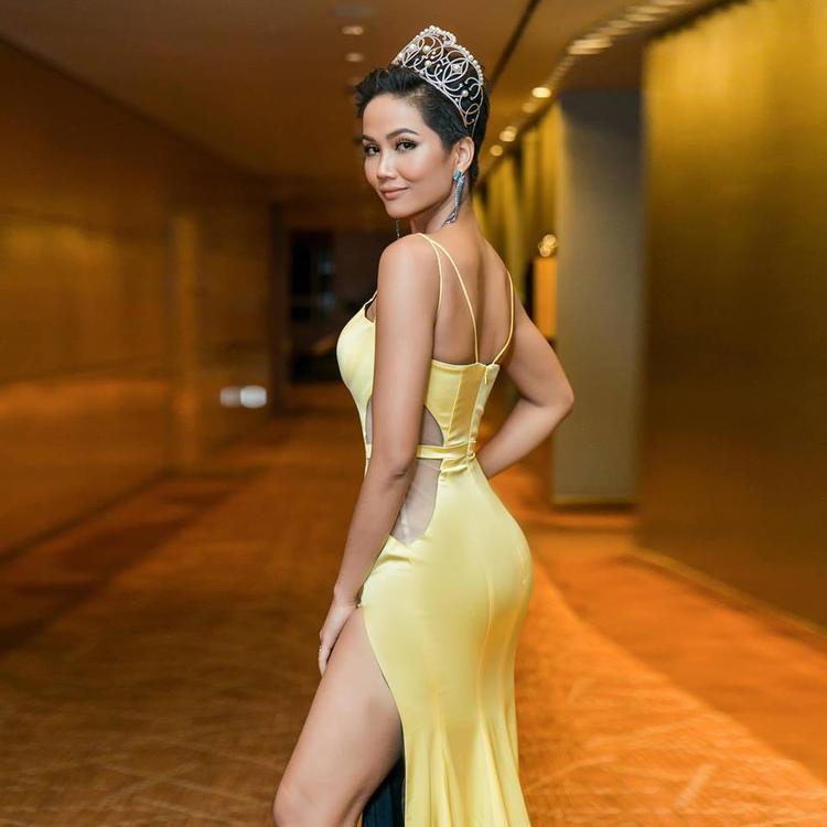 Đương kim Hoa hậu hoàn vũ cố tình tạo dáng khoe vòng ba 97 cm cực khủng. Một tháng nữa cô sẽ chính thức lên đường sang Thái Lan dự thi Miss Universe. Mọi khâu chuẩn bị của người đẹp đang gấp rút hoàn thiện.