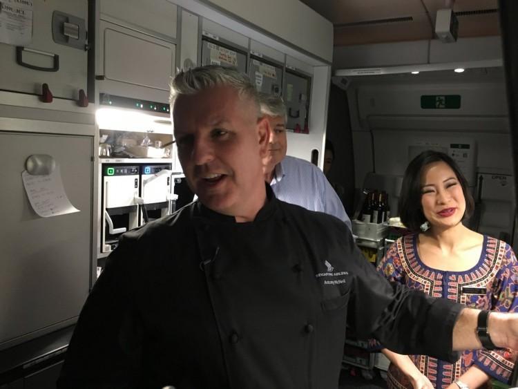 Airbus A350-900 ULR có ba khu vực bếp nấu.