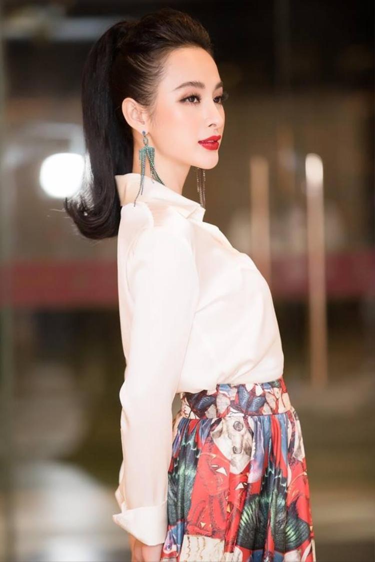 Buộc tóc đuôi gà trẻ trung, Angela Phương Trinh chứng minh sự sáng tạo trong việc làm mới mình khi xuất hiện trước công chúng