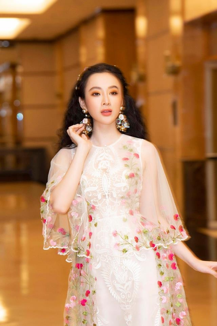 """Tùy theo trang phục mà cô nàng chọn kiểu tóc phù hợp. Khi diện một chiếc váy bánh bèo, Phương Trinh cũng đổi sang tóc xoăn xù kiểu """"tiên nữ"""" để hợp với tổng thể"""
