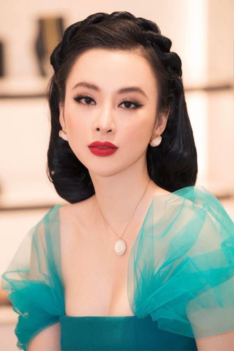Mỗi bộ cánh của người đẹp lại được kết hợp cùng một kiểu tóc khác nhau, rất hợp với váy áo và tôn nhan sắc của cô nàng