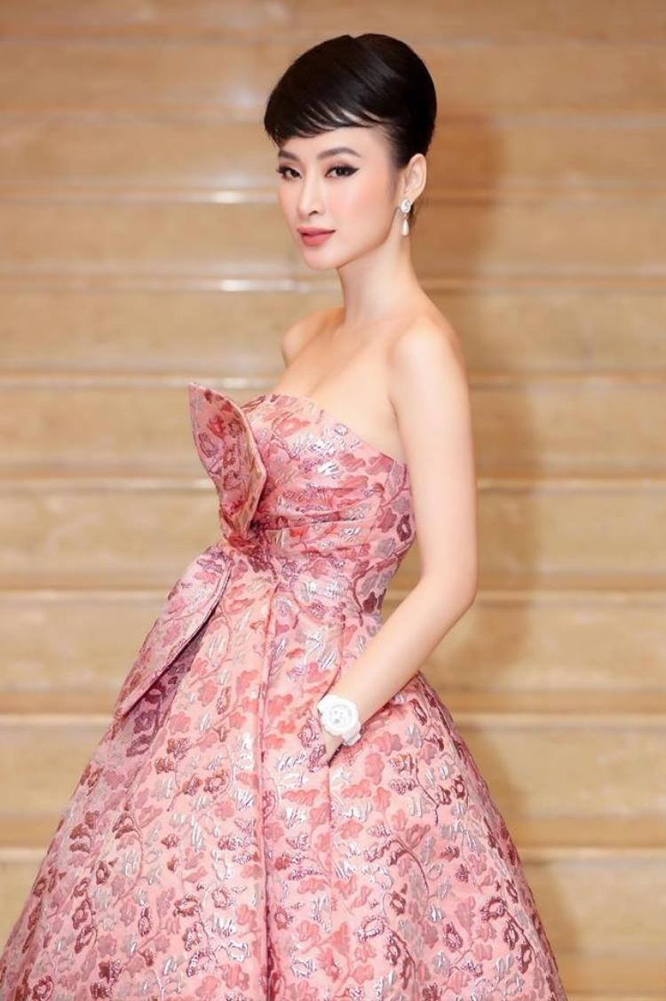 Cô nàng tiếp tục tỏa sáng với kiểu tóc mang hơi hướng của biểu tượng nhan sắc thế giới Audrey Hepburn