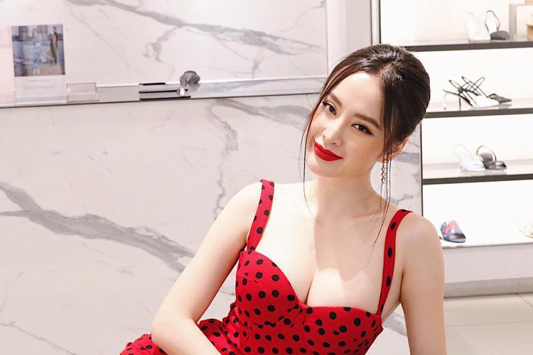 Vô cùng nổi bật trong chiếc đầm đỏ chấm bi hai dây khoe trọn vòng 1 cùng với kiểu tóc búi chừa hai nhánh tóc ở hai bên mái đầu