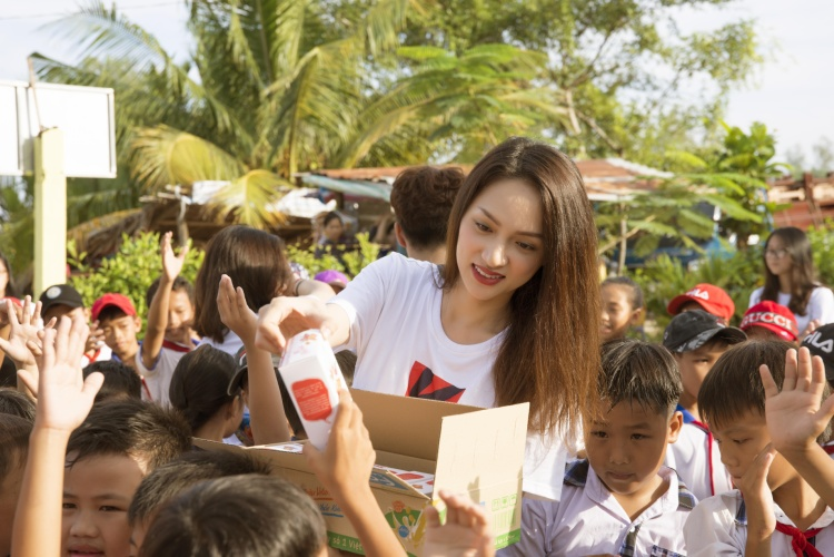 Rũ bỏ vẻ sang chảnh, Hương Giang dốc lòng vì dự án xây trường cho trẻ em nghèo