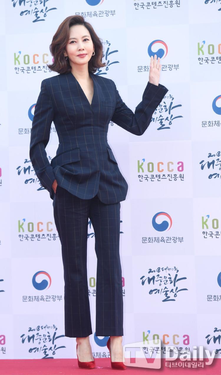 Kim Nam Joo sang trọng, quý phái như một người phụ nữ tràn đầy năng lực lãnh đạo.