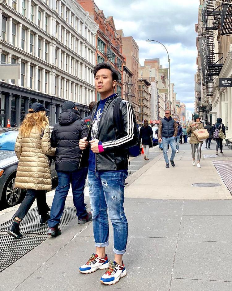 Mới đây, Trấn Thành vừa khiến fan hôm mộ khen nức nở vì set đồ ấn tượng cùng đôi giày đắt giá khi danh hài đang vi vu tại nước ngoài.