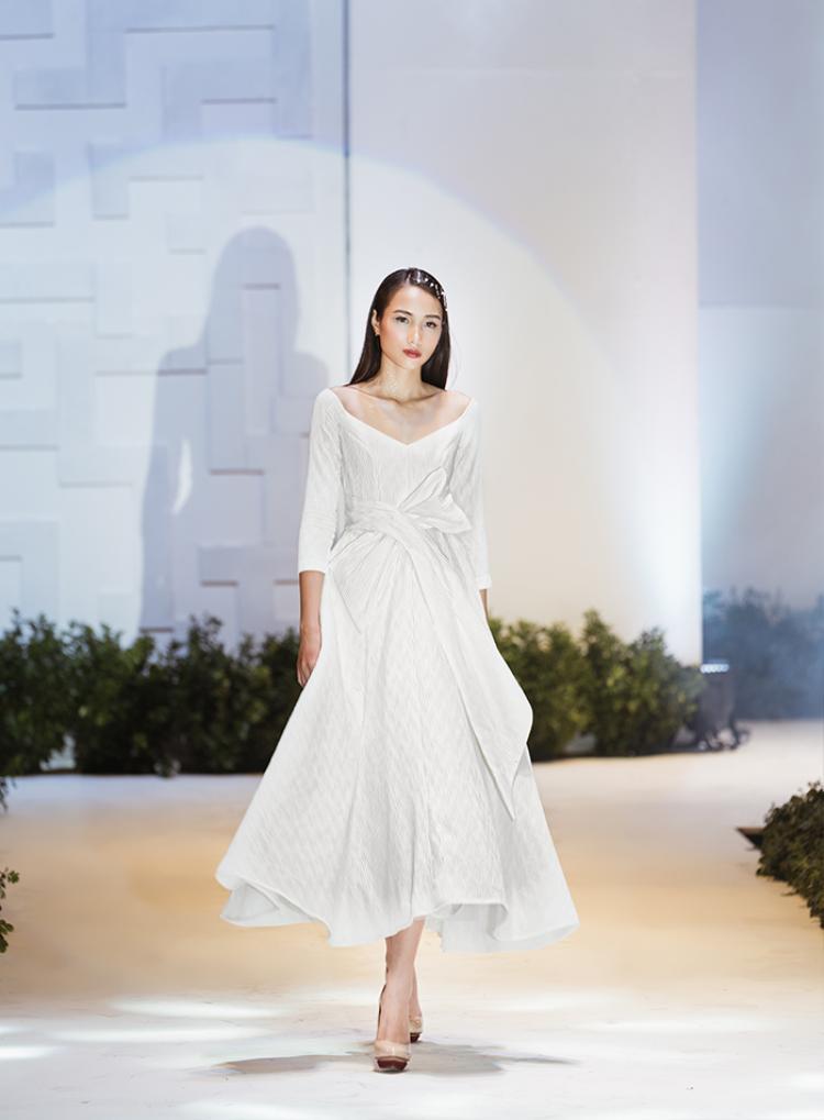 Đầm cưới mang hơi thở hiện đại sẽ khiến cô dâu cực xinh khi đi chụp ảnh ngoài trời hoặc đãi tiệc rươu