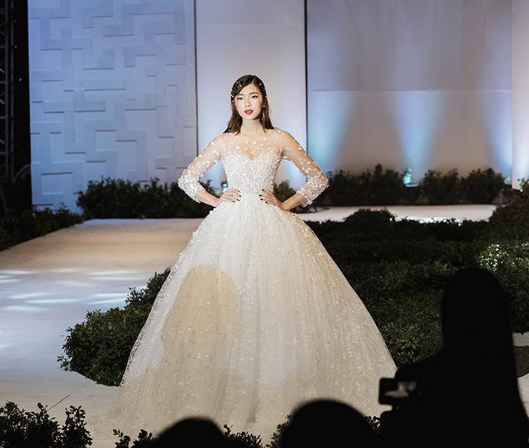 Váy cưới dài tay thêu ren đính đá lấp lánh và tinh xảo cho thấy sự khéo léo của các nhà thiết kế Việt