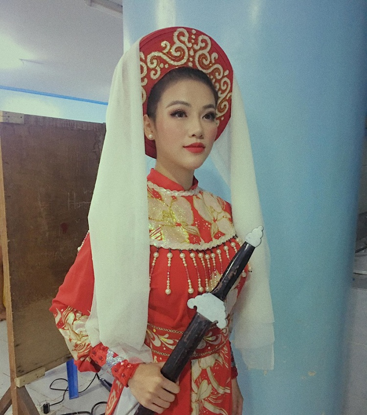 Phương Khánh diện trang phục truyền thống và diễn cải lương trong phần thi Tài năng.