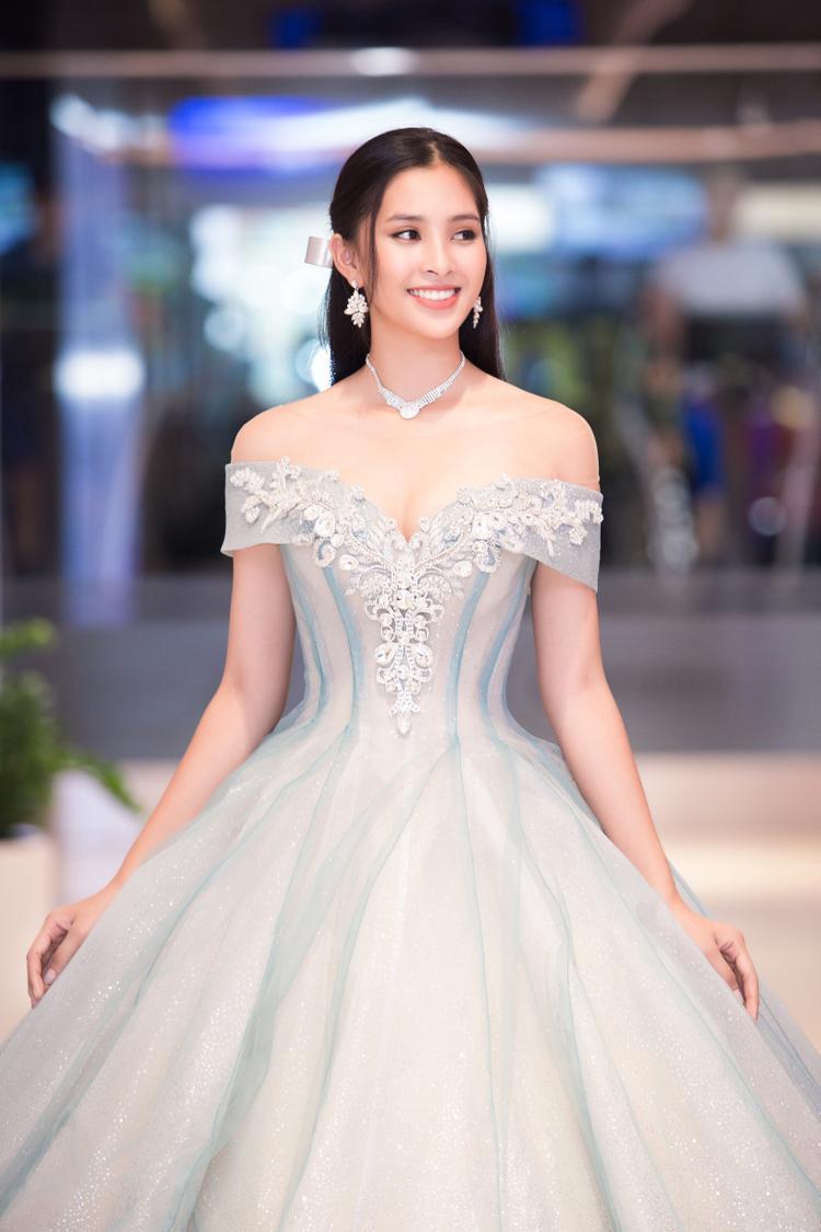 Khi hoa hậu Tiểu Vy xuất hiện, các khách mời đã vô cùng bất ngờ và hào hứng. Nhiều quan khách bày tỏ khen ngợi trước nhan sắc xinh đẹp của Hoa hậu Việt Nam.