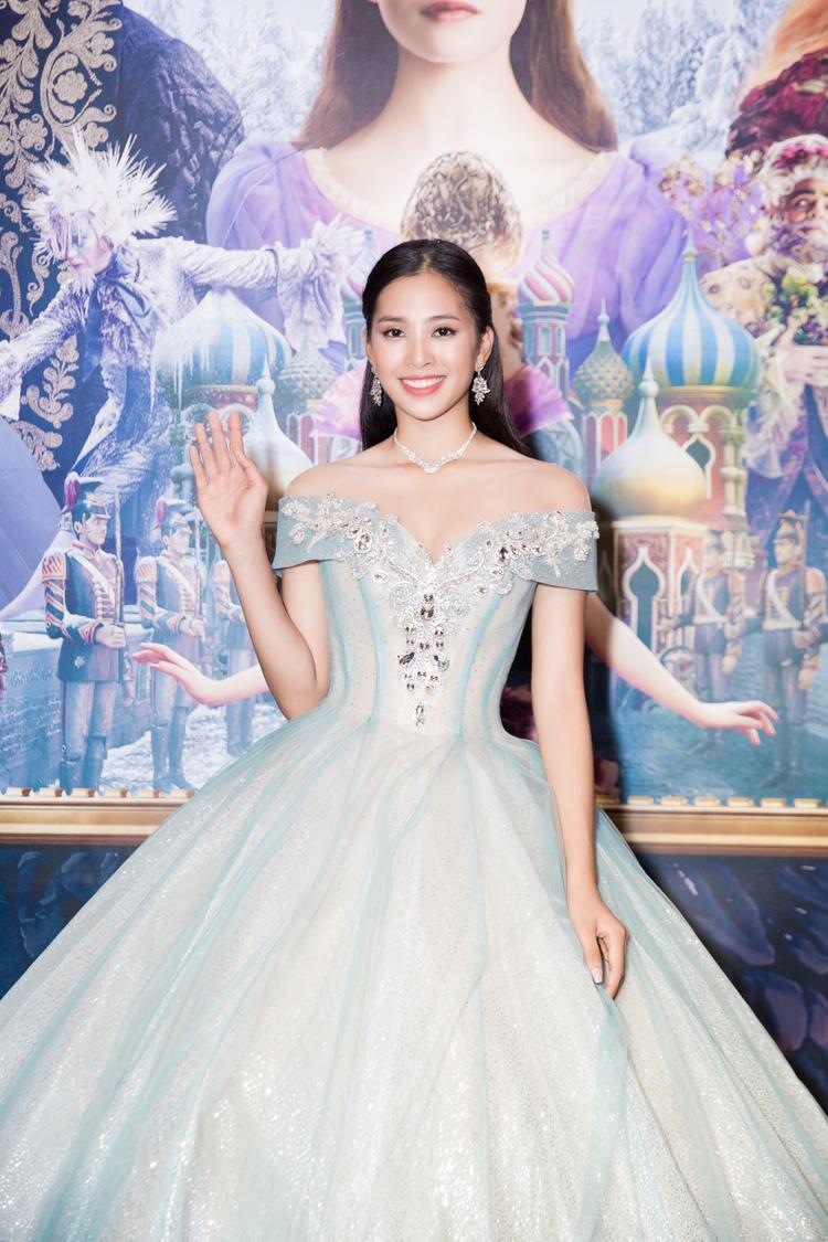 Xuất hiện trong sự kiện ra mắt bộ phim đình đám của Disney, Hoa hậu Tiểu Vy vô cùng lộng lẫy và yêu kiều khi diện chiếc đầm công chúa lấp lánh.