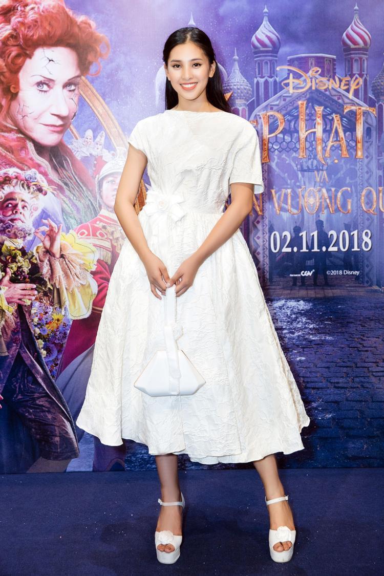 Sau khi xuất hiện lộng lẫy trước khán giả, Hoa hậu Tiểu Vy đã nhanh chóng biến hóa với một bộ trang phục tiểu thư nhẹ nhàng.