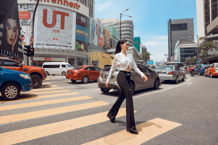 Đặc biệt chiếc quần ống loe giúp cựu người mẫu sở hữu đôi chân dài phát huy lợi thế vóc dáng.