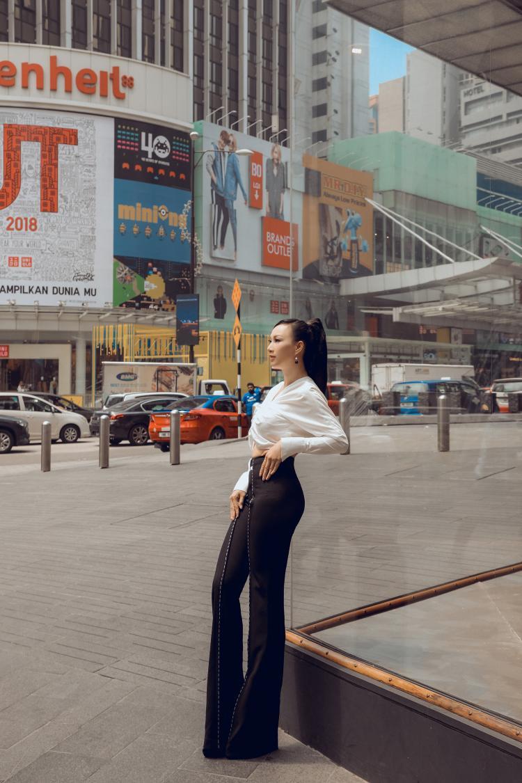 Trong chuyến công tác Malaysia đảm nhận vai trò chấm điểm cuộc thi nhan sắc, hoa hậu Paris Vũ đã dành thời gian chụp bộ ảnh thời trang trên đường phố đất nước Đông Nam Á xinh đẹp.