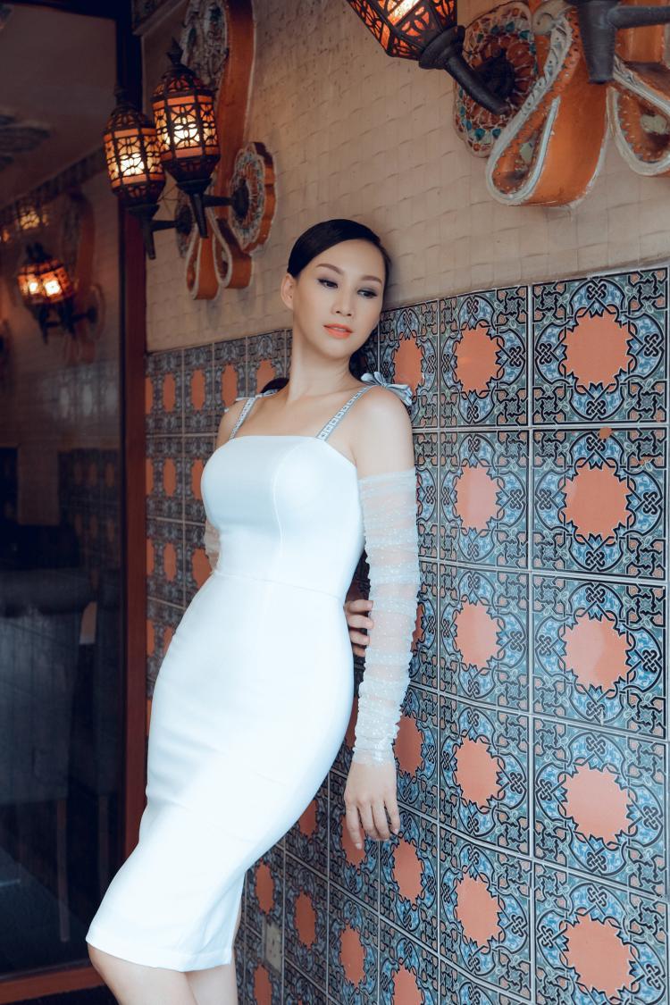 Mẫu váy hai dây kết hợp tay áo chất liệu voan mỏng khéo léo tạo điểm nhấn nữ tính, mà không kém phần cuốn hút.