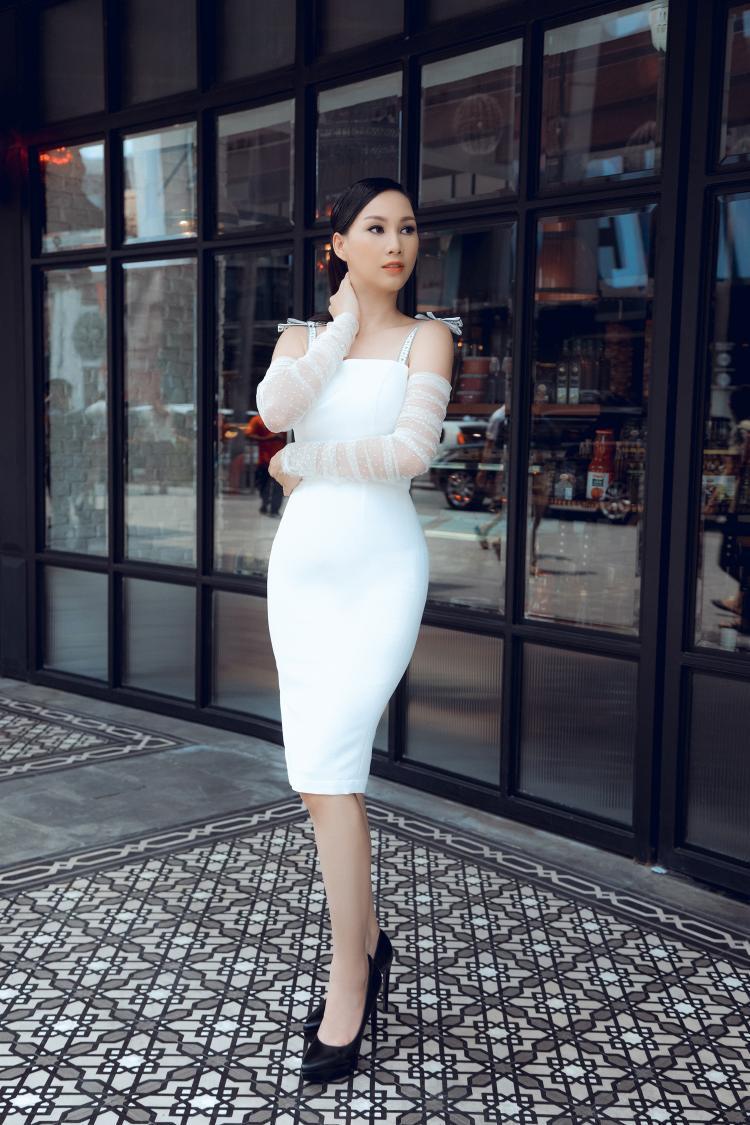 Số đo 3 vòng chuẩn giúp hoa hậu Paris Vũ tự tin diện thiết kế ôm dáng tông màu trắng.