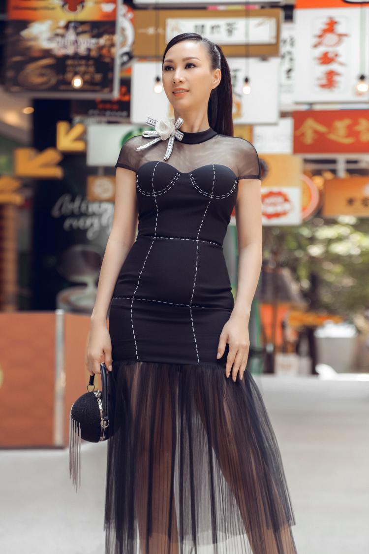 Người đẹp 8X kiêu sa và đẳng cấp trong thiết kế phối ren, thân trước là điểm nhấn 3D. Phụ kiện túi xách tròn, tông đen ăn nhập cùng bộ trang phục tạo sự hoàn hảo nhất định. Vóc dáng chuẩn giúp Paris tỏa sáng trong mỗi sải bước trên đường phố Malaysia.