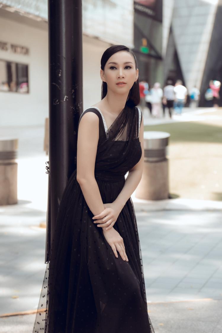 Chất liệu voan đen làm chủ đạo bộ đầm này. Phần vai áo được nhà thiết kế khéo léo tạo điểm nhấn. Tông màu đơn giản mang đến vẻ sang trọng cho người mặc.