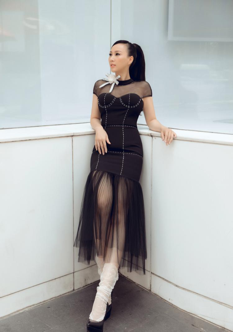Trang phục cúp ngực phom dáng 3D đang được các nhà mốt Việt ưa chuộng và phong cách này cũng khá phù hợp với cựu người mẫu Paris Vũ.