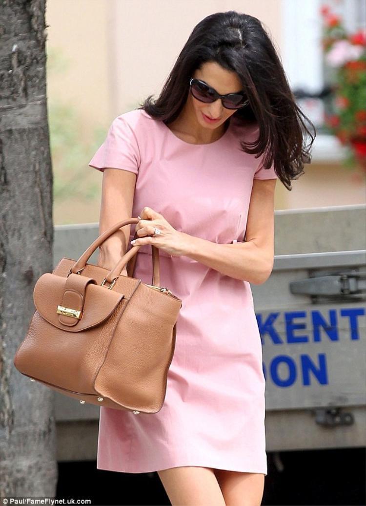 Dù mang danh là vợ của tài tử điện ảnh George Clooney nhưng cô không hề bị ảnh hưởng từ chồng mà ngược lại người ta còn cho rằng chàng diễn viên này rất may mắn khi lấy được nàng luật sư tài ba như cô