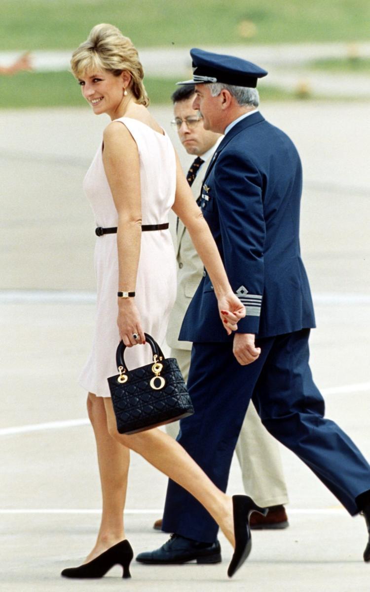 Nhà mốt Diorđã thiết kế một chiếc túi xách dành tặng Công nương Diana vào năm 1995