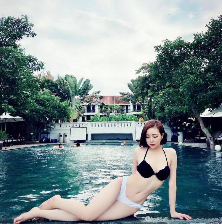Nhờ thường xuyên chụp ảnh quảng cáo, Thủy Tiên cũng rất biết cách tạo dáng sao cho đẹp trước ống kính.
